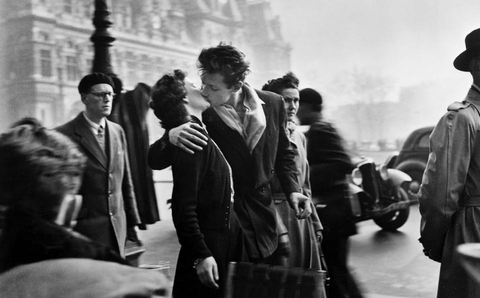 Robert_Doisneau_Bucinys_prie_miesto_rotuses,1950