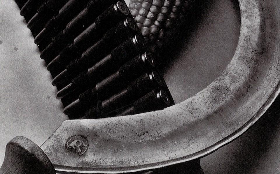 Tina Modotti. Šovininė, kukurūzo burbuolė, pjautuvas. 1927..